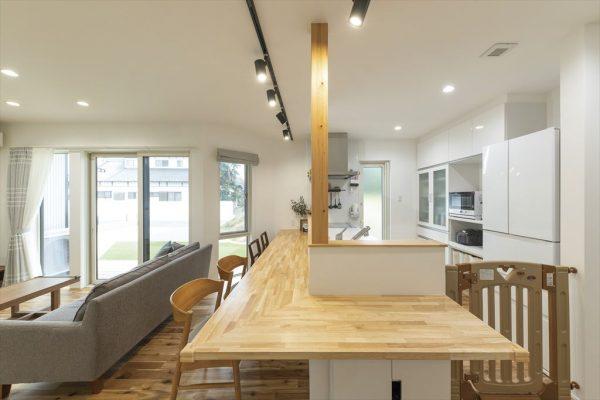 キッチンと広いダイニングカウンター